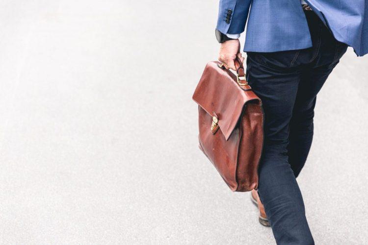 Mann mit Tasche