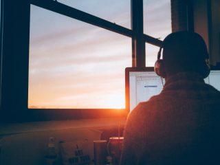 Mann im Arbeitszimmer und Sonnenuntergang