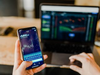 Smartphone mit Bitcoin Kursanzeige