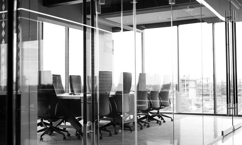 Meeting Raum hinter Glasfassade